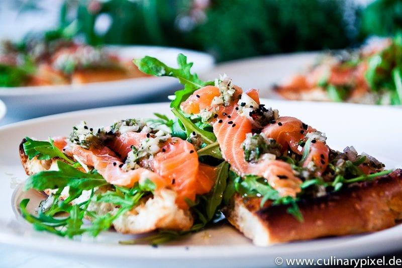 Lachs Sashimi Pizza mit Rucola und Fladenbrot