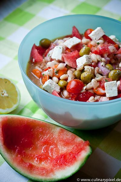 Tomaten, Oliven, Feta und Wassermelone im Bohnensalat