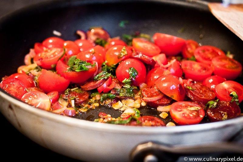 geschmolzene Tomaten mit Chorizo und Kräutern