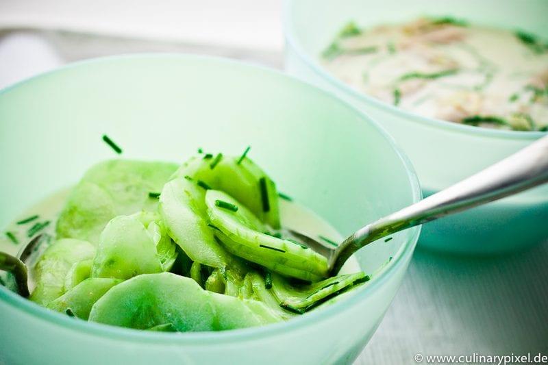 Gurkensalat mit Kokosmilch, Schnittlauch und Limette