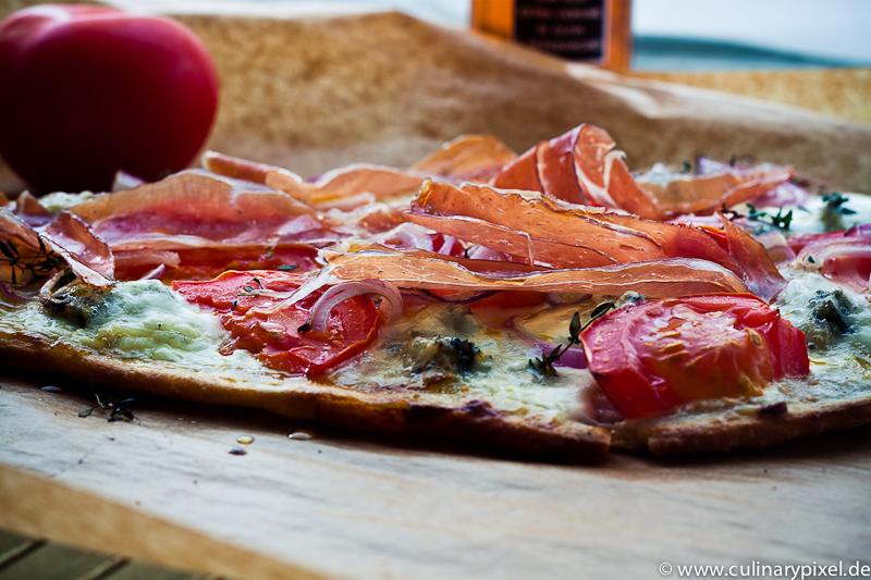 Pizza mit Nanbrot, Gorgonzola und Serranoschinken