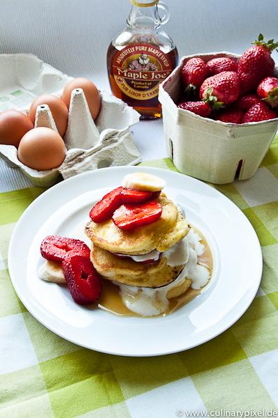 pancakes mit ahornsirup und erdbeeren culinary pixel. Black Bedroom Furniture Sets. Home Design Ideas