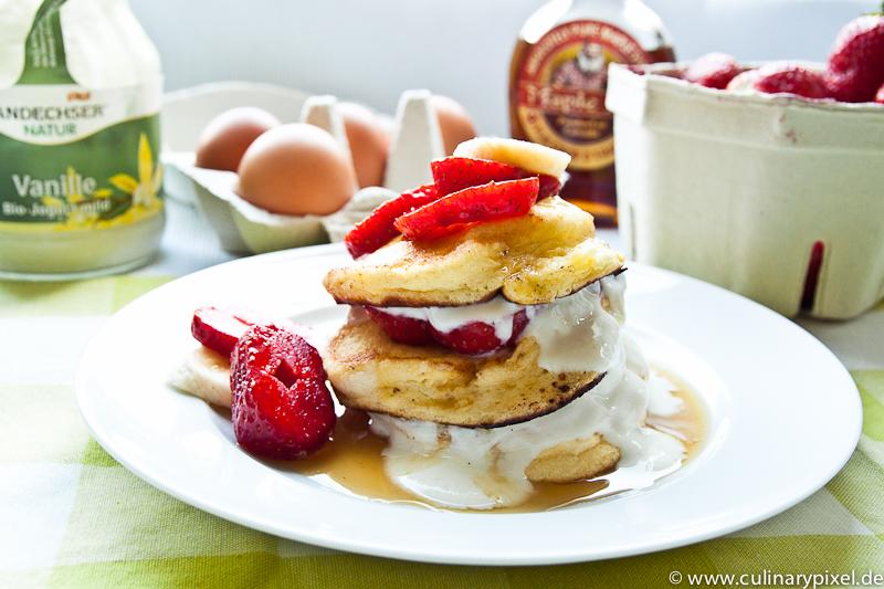 pancakes mit joghurt und erdbeeren culinary pixel food. Black Bedroom Furniture Sets. Home Design Ideas