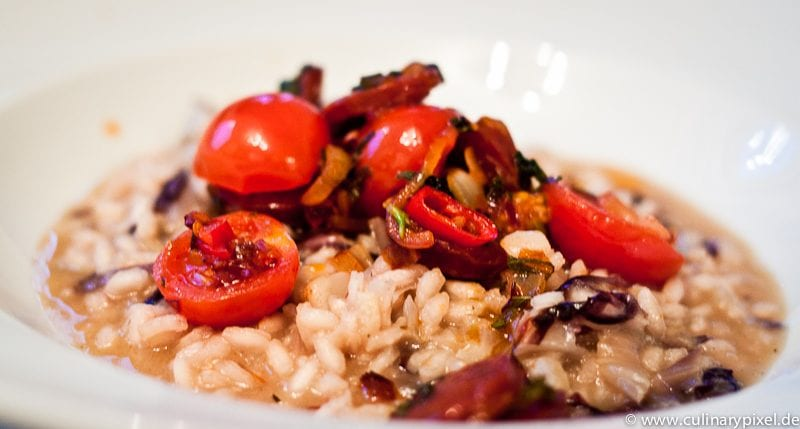 Radiccio-Risotto mit Topping aus Chorizo und Tomaten
