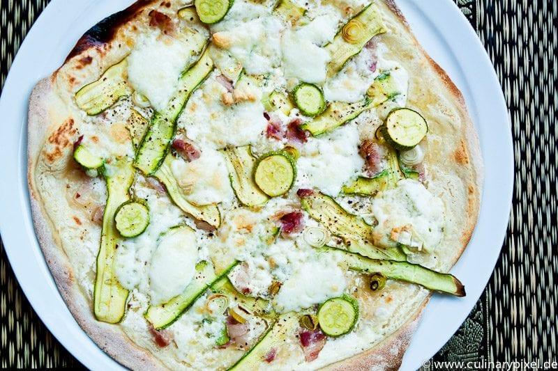Zucchini und Gorgonzola auf sommerlichem Flammkuchen