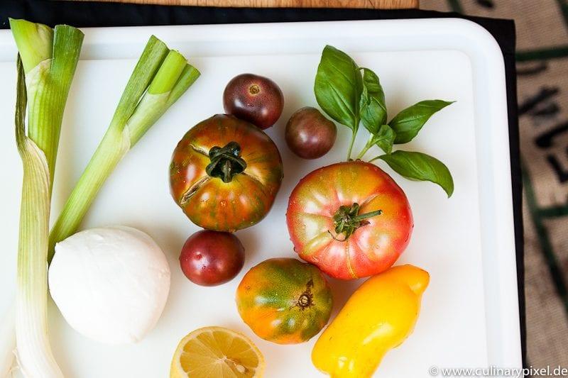 Caprese mit bunten Tomaten und Büffelmozzarella