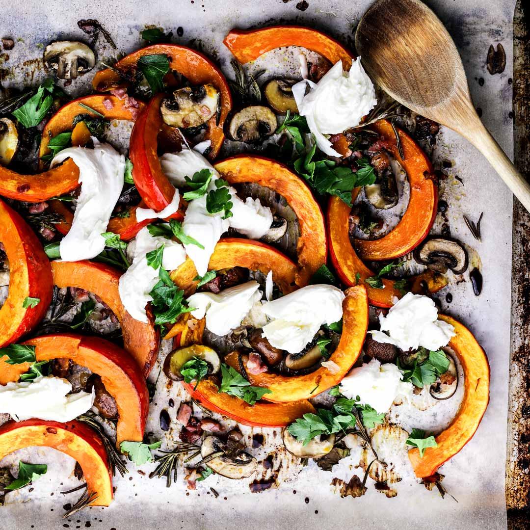 Schneller Ofenkürbis mit Speck, braunen Champignons & Mozzarella