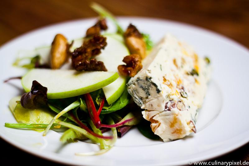 Blauschimmelkäse Terrine mit Salat und Apfel