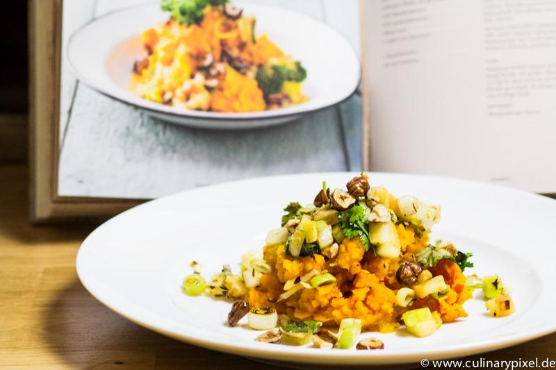 Kürbisstampf, Apfel-Lauch-Gemüse, Haselnüsse aus Deutschland vegetarisch
