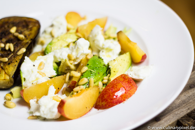 Gegrillte Aubergine, Pflaume, Avocado, Mozzarella & Pinienkerne