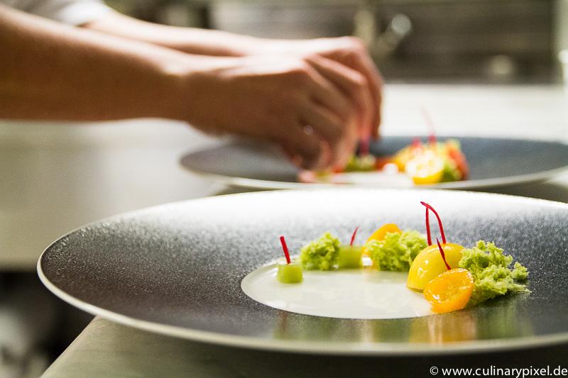 Dessert beim Anrichten: Matcha, Pistazie, Kumquat - Dichterstub'n