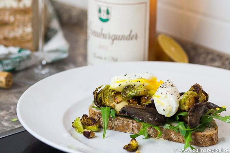 Bauernbrot mit Kräuterseitlingen, Rosenkohl-Crunch & Ei