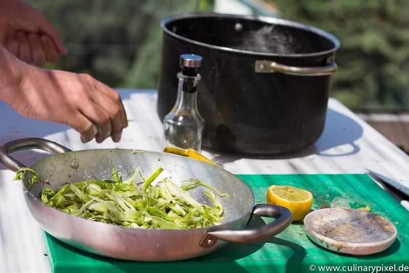 Puntarelle Salat Making of auf der Dachterrasse