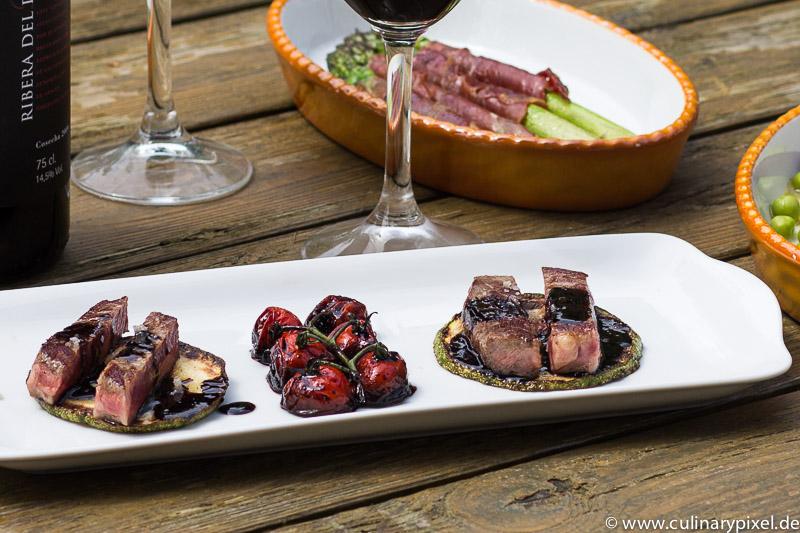 Entrecôte mit Zucchini, Rotwein-Reduktion und geschmorten Tomaten