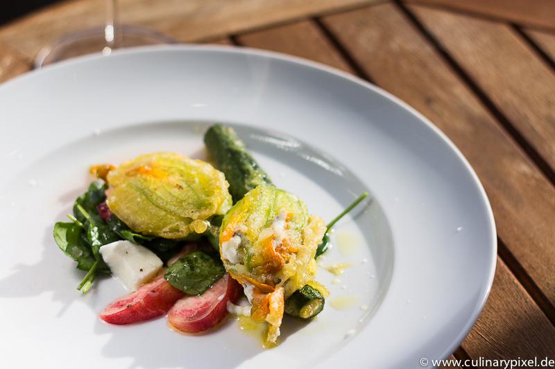 Gefüllte Zucchiniblüten mit Ricotta & Mozzarella, Spinatsalat mit Nektarinen