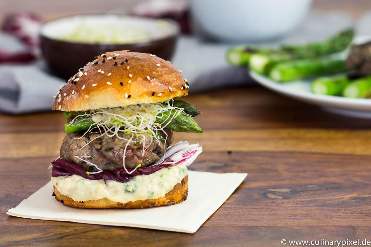 Burger, grüner Spargel, Hummus, Radicchio und Koriander