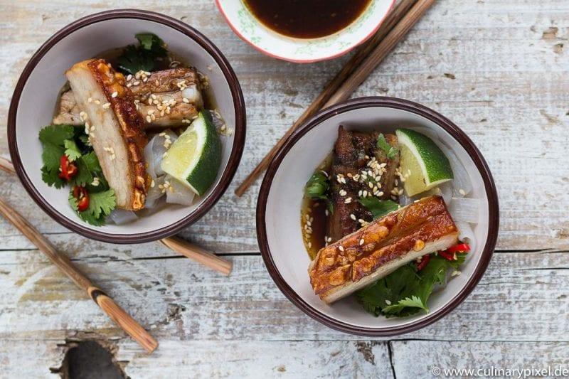 Asiatischer Schweinebauch mit Glasnudeln, Koriander und Chili
