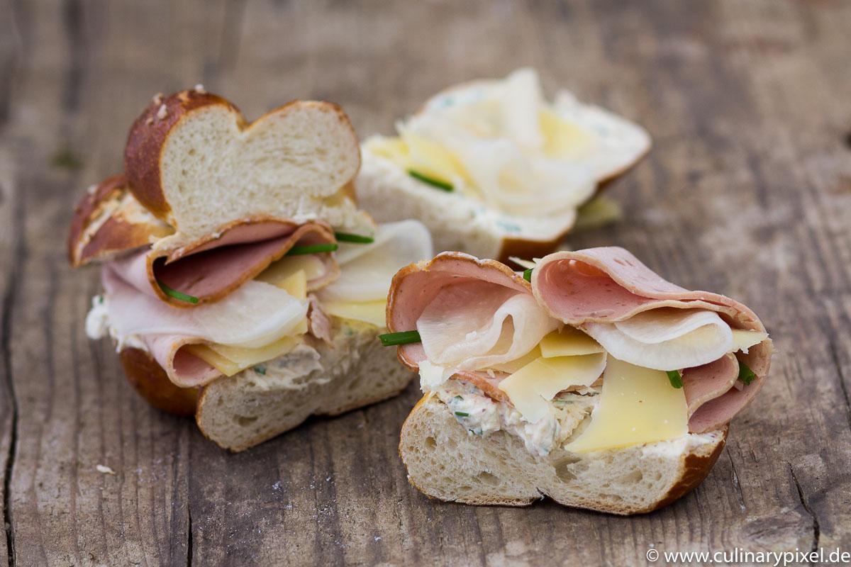 Laugensandwich mit Leberkäse, Bergkäse & eingelegtem Rettich