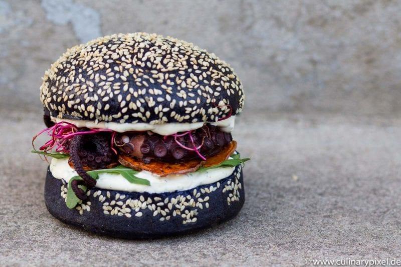 Pulpo Burger im schwarzen Bun