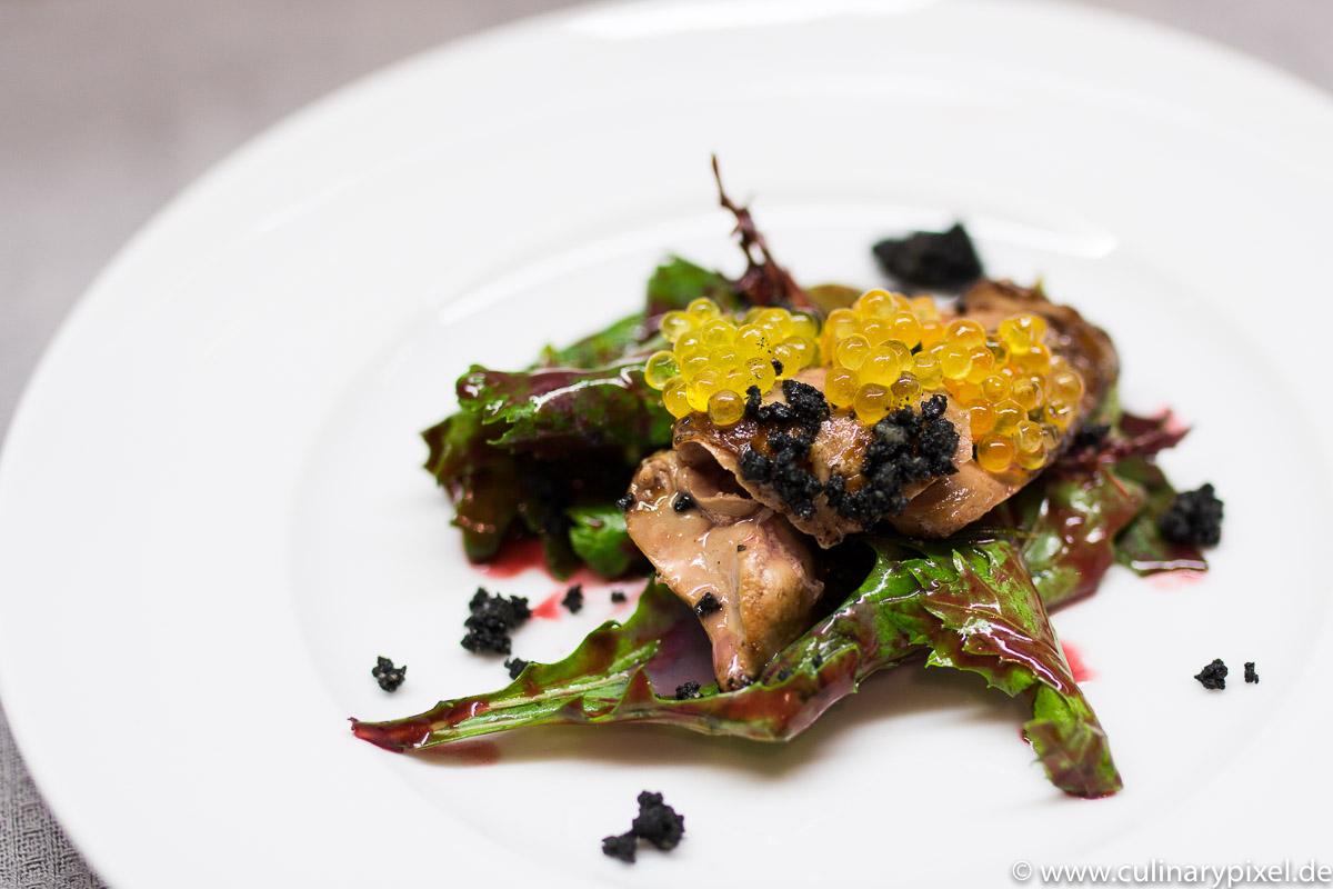 Wallerleber - Saiblingskaviar - Asiasalat - Brombeerdressing