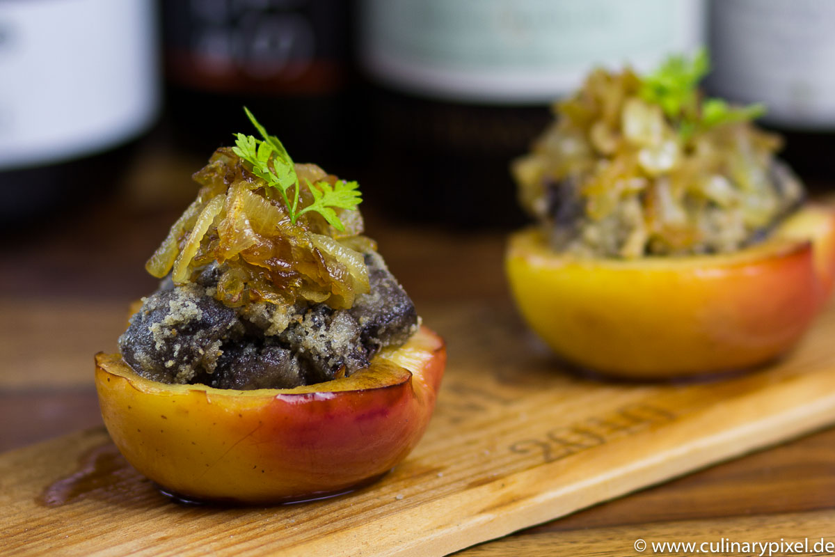 Gebratene Blutwurst im Apfel mit geschmolzenen Zwiebeln aka Weihnachtsvorspeise