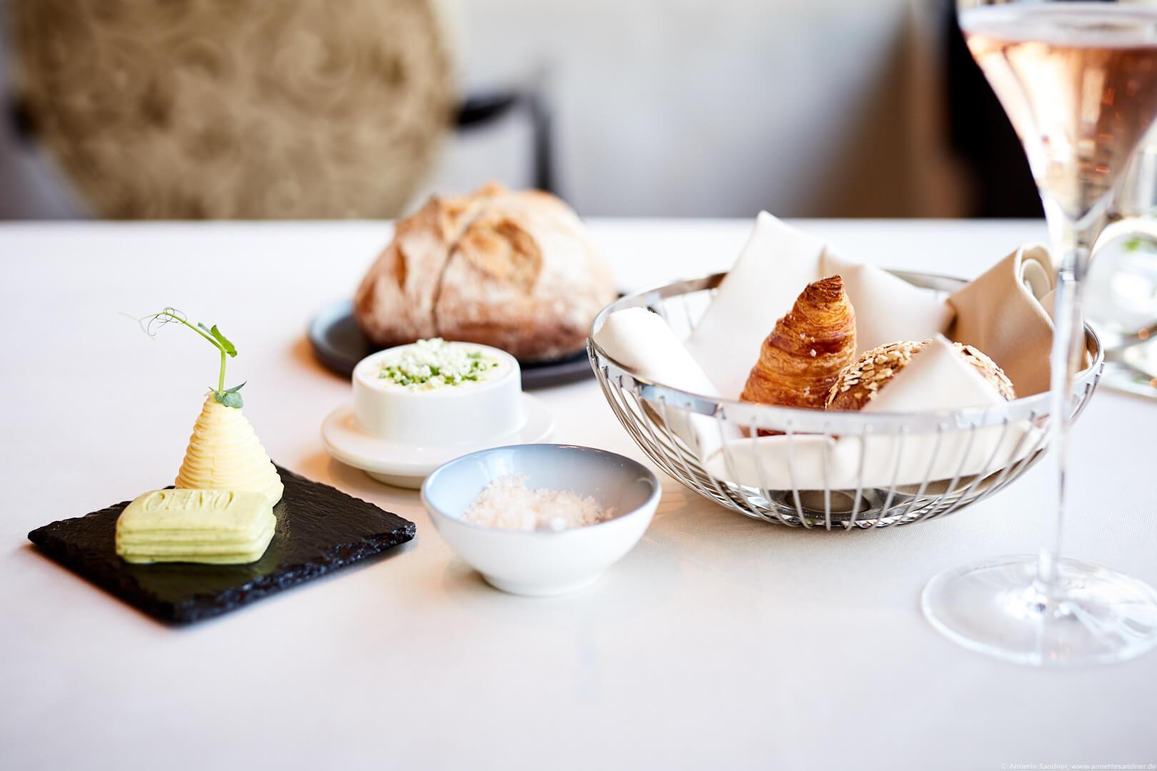 Brotkorb mit salzigem Kipferl von Joseph Brot aus Wien veredelte Bio-Butter von den Butter Boyz - Gourmet Restaurant Olivo, Stuttgart, Anton Gschwendtner