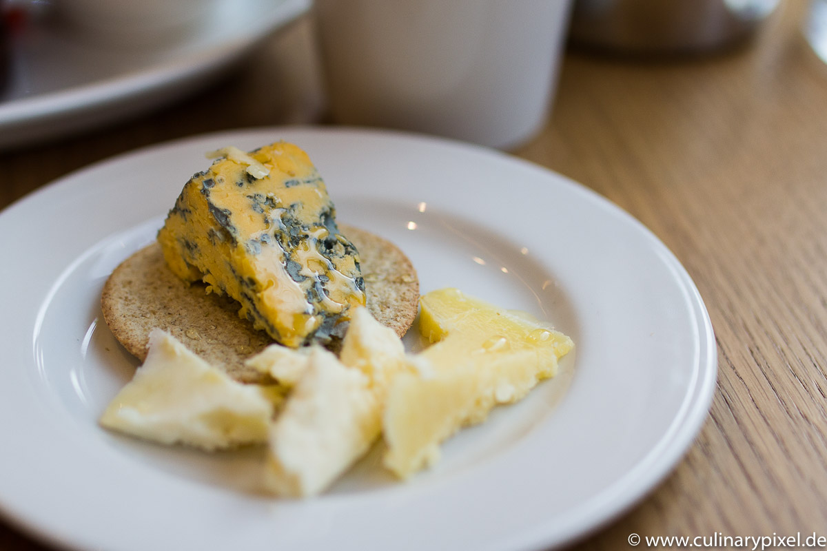 Käseauswahl beim Frühstück