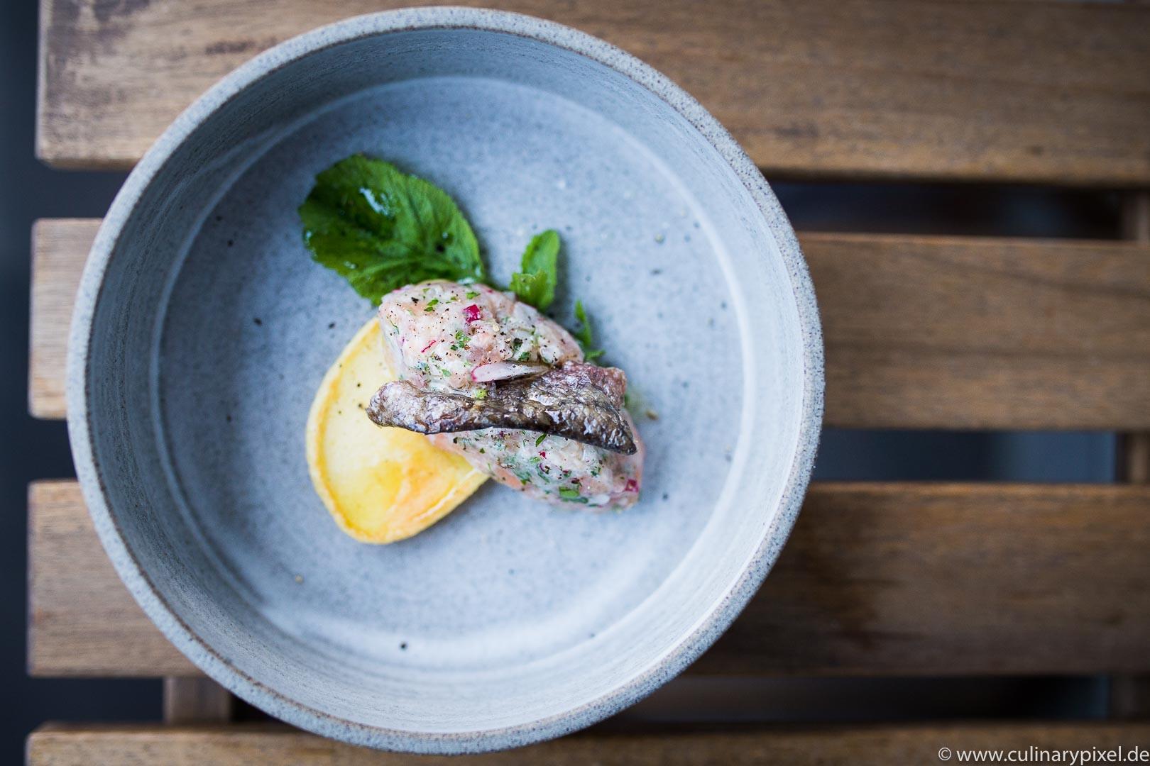 Lachsforellentatar mit Blini & knusprigem Fischhautchip