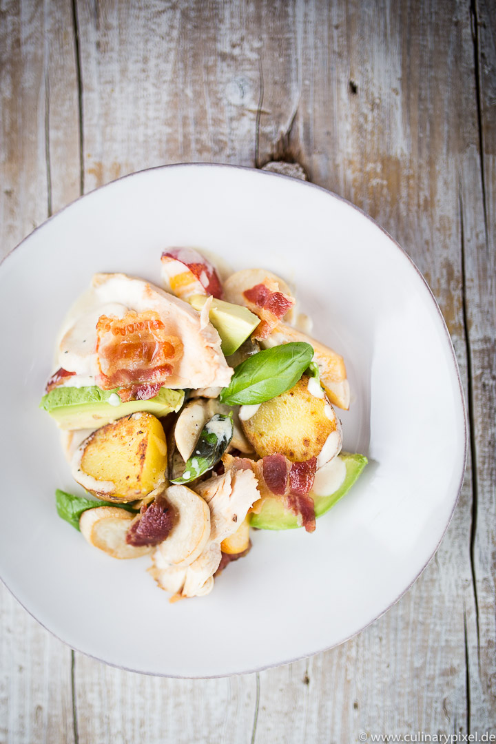 Hähnchensalat mit Kartoffeln, Avocado, Kräuterseitlingen, Bacon & Nektarinen