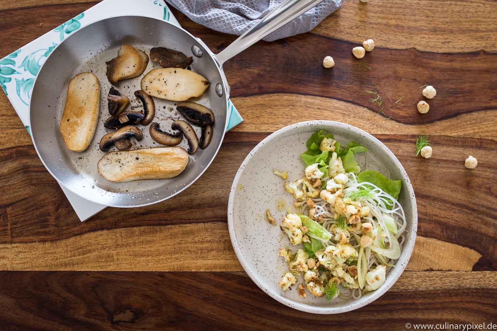 All Clad Pfanne mit gebratenen Pilzen, Glasnudelsalat und gerösteter Blumenkohl