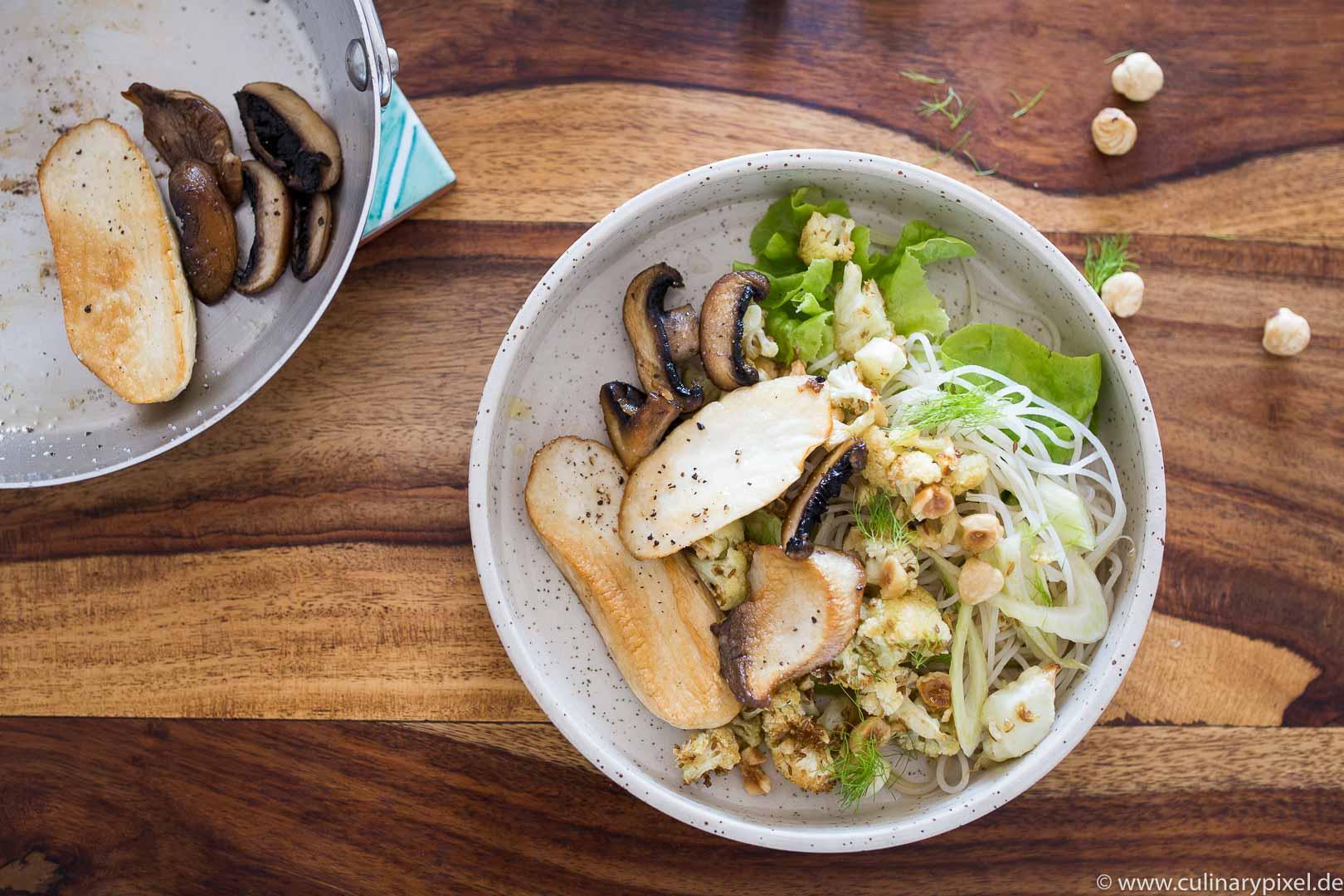Glasnudelsalat mit Fenchel, gebratenen Pilzen und geröstetem Blumenkohl