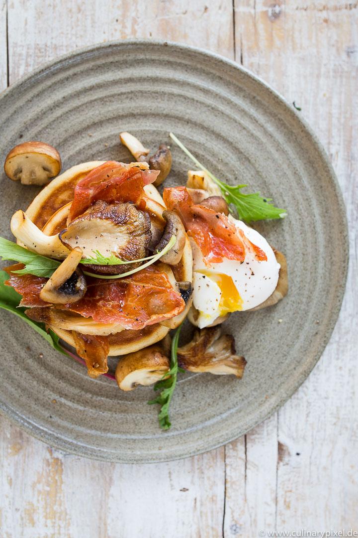 Pancakes mit Pilzen, pochiertem Ei und krossem Schinken