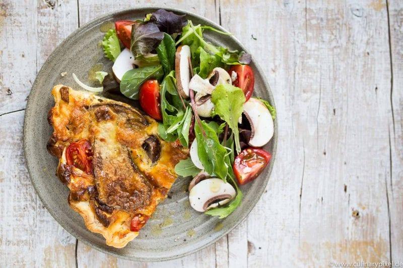 Pilztarte mit Champignons, Steinpilzen und Wildkräutersalat mit Cocktailtomaten