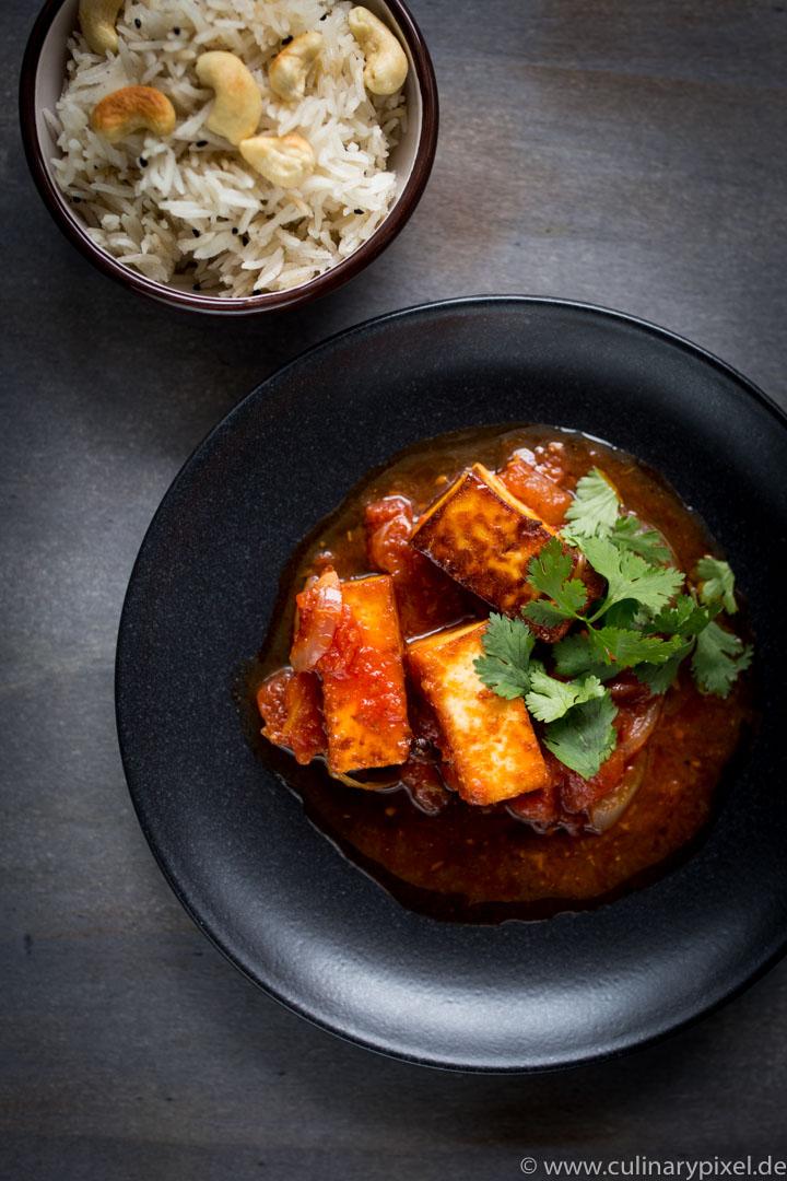 Paneer mit Tomatensauce und Cashew-Reis