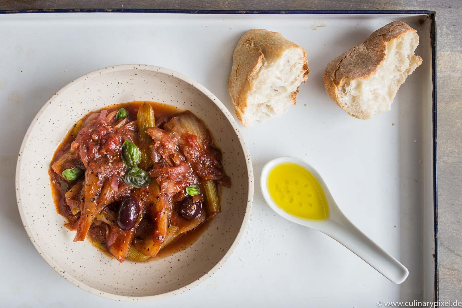 Italienisch geschmorter Fenchel mit Sardellen, roten Zwiebeln, Tomaten, Oliven und Basilikum