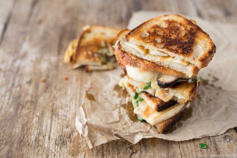 Gegrilltes Käse-Sandwich mit Kräuterseitlingen und Käse von Neil's Yard Dairy