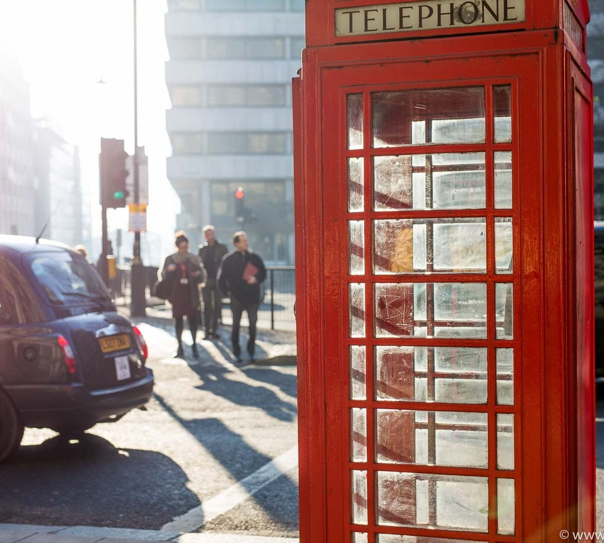Telefonzelle und Taxi in London