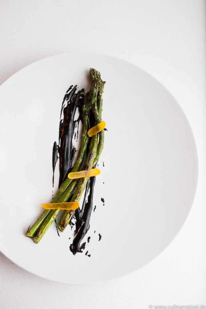 Spargel mit schwarzem Knoblauch im Restaurant Lysverket in Bergen, Norwegen