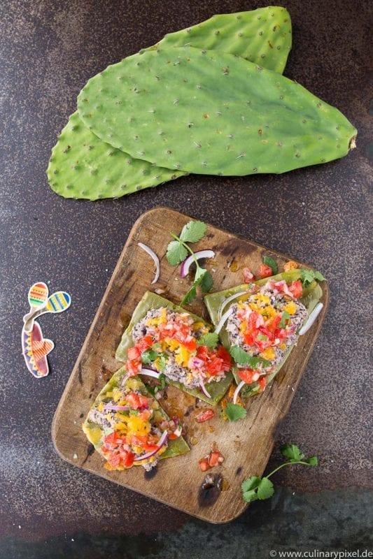 Frische Kaktusblätter mit schwarzem Bohnenmus und Tomaten-Salsa aus 100 Gerichte, die du gekocht haben musst, bevor du den Löffel abgibst