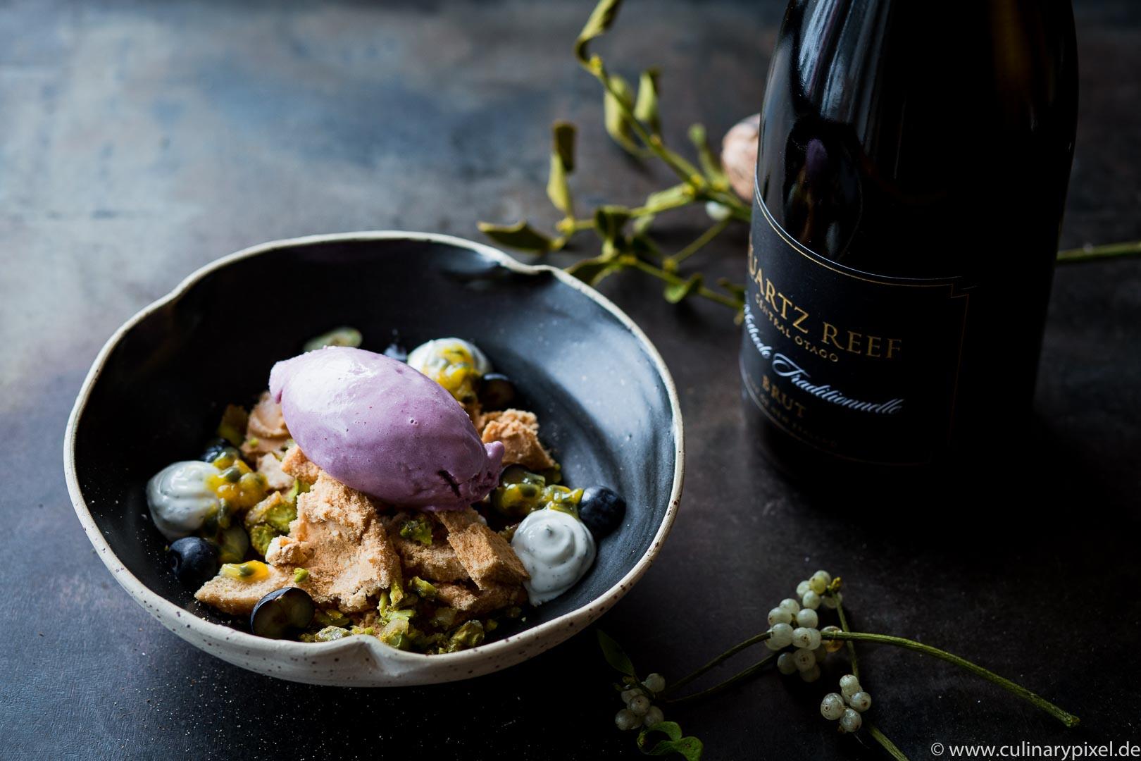 Blaubeereis, Baiser, Maracuja, Minz-Joghurt - Weihnachtsdessert zum Sekt aus Neuseeland