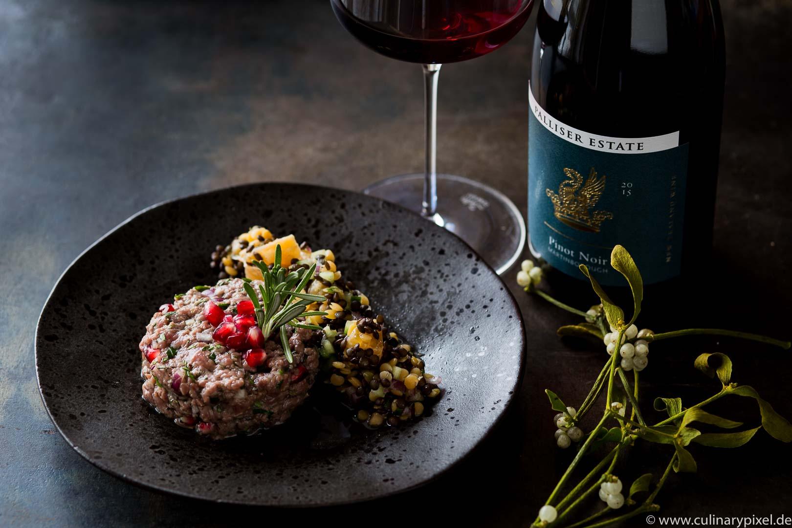 Hirschtatar aus der Keule mit Granatapfel und buntem Linsensalat zum Pinot Noir aus Neuseeland, Weihnachtsmenü Vorspeise