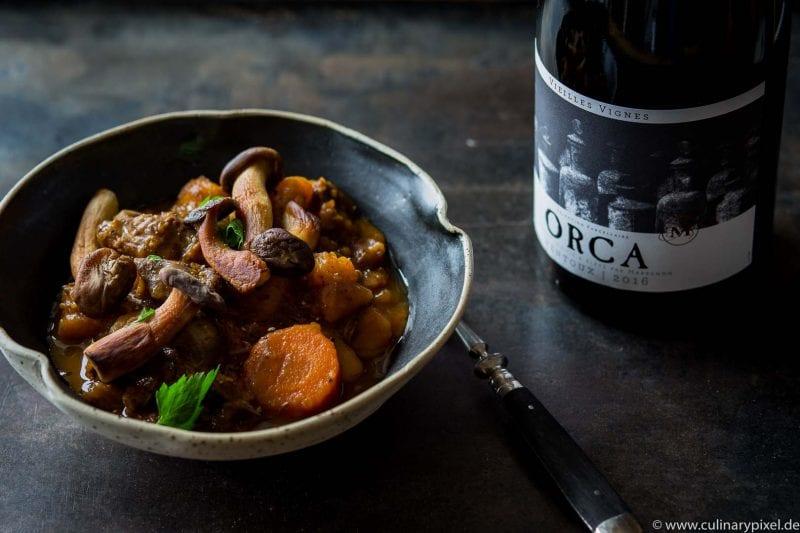 Winterliches Rinderragout mit Kürbis, Karotten und Pilzen, Cuvée Orca Ventoux