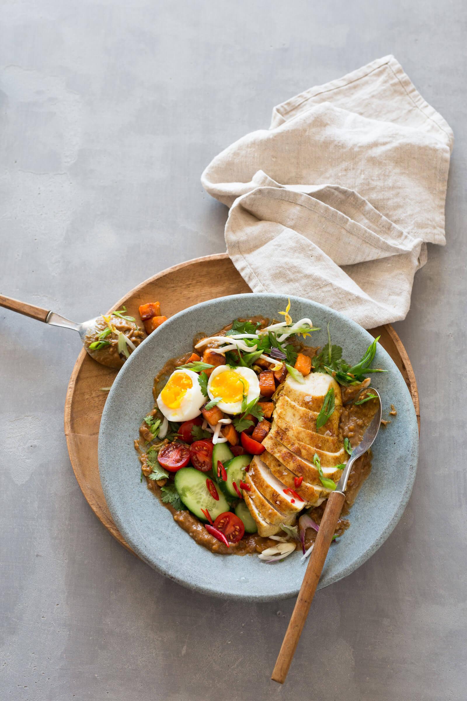 Gado Gado indonesischer Salat mit Huhn, Ei und Erdnuss-Sauce