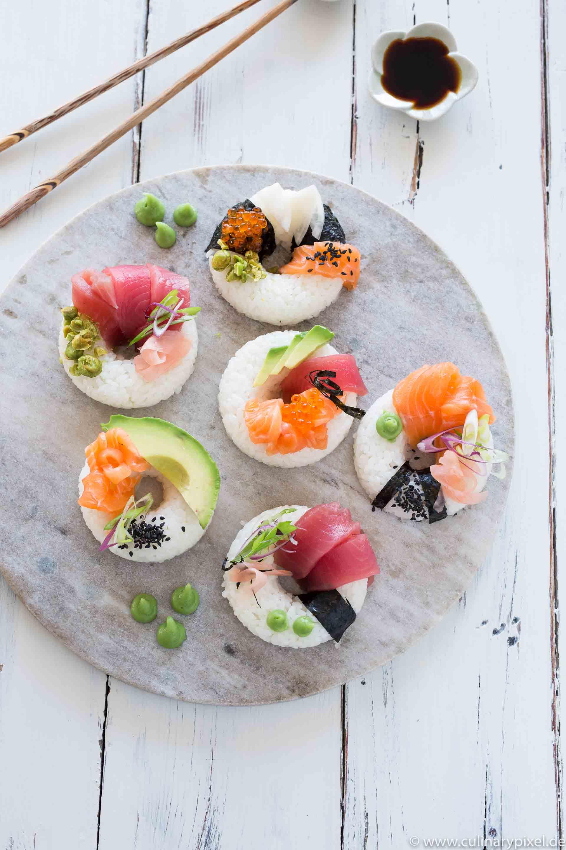 Sushi-Donuts mit Lachs, Thunfisch und Avocado