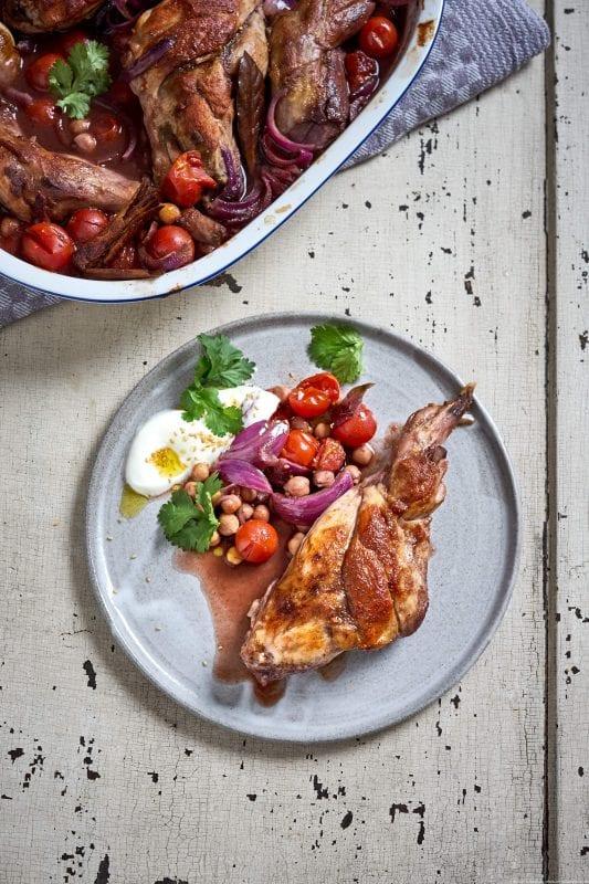 Kaninchen mit Kichererbsen und Tomaten aus dem Ofen
