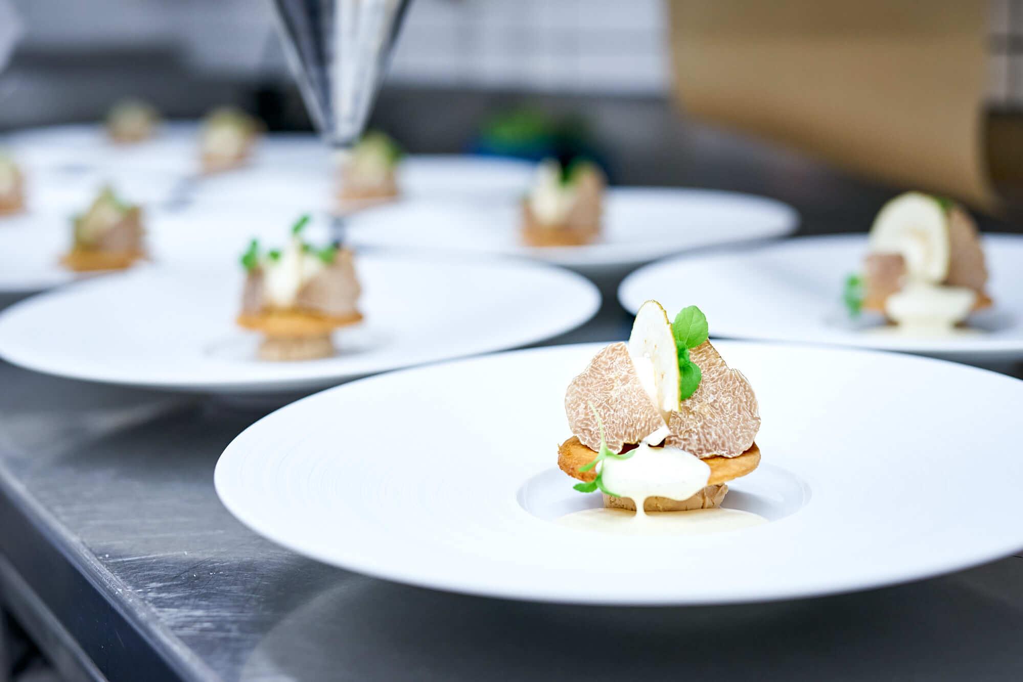 Trüffel & Champagner Dinner 2019, Kilian Stuba, Ifen Hotel - Bretonischer Mürbteig, Valrhona Orelys Canache, Boskoop Apfel, Albatrüffel, Vanillerahm - Dessert