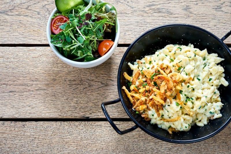 Kässpatzen mit Röstzwiebeln und Salat aus der Spezlwirtschaft München