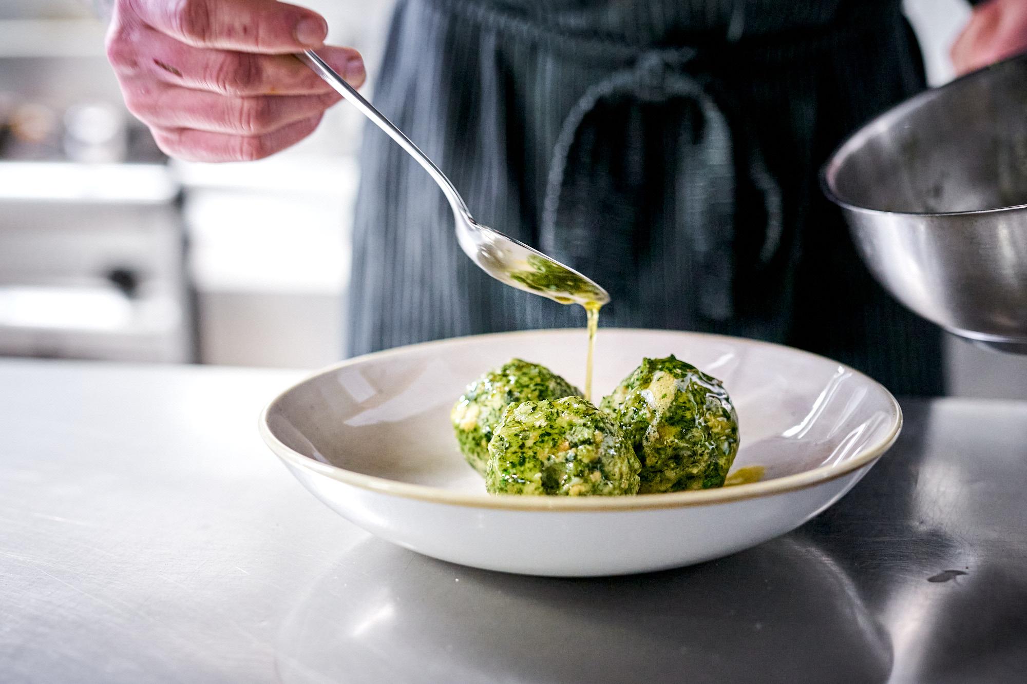 Spinatknödel mit brauner Butter und Parmesan aus der Spezlwirtschaft München
