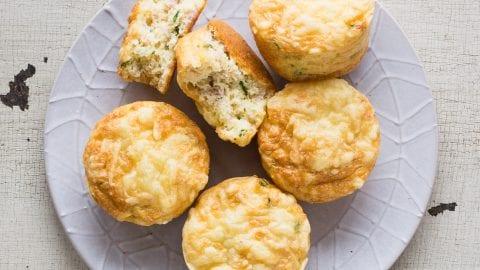 Rührei-Muffins mit Speck und Käse